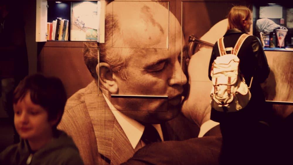 Gorbachev y Honecker making out